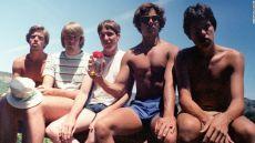 【画像】男5人組が5年ごとに同じ場所、同じポーズで撮った写真が話題に